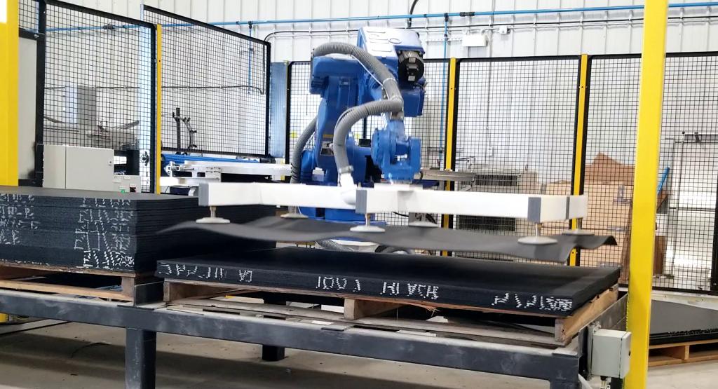 Robot palletizing a mat